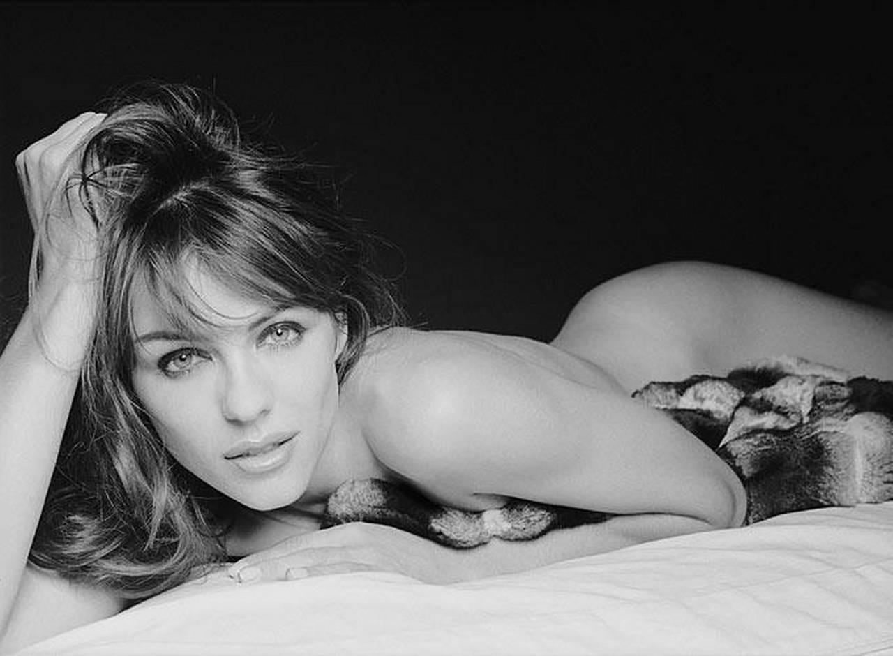elizabeth-black-erotica-nude-wife-wide-hips