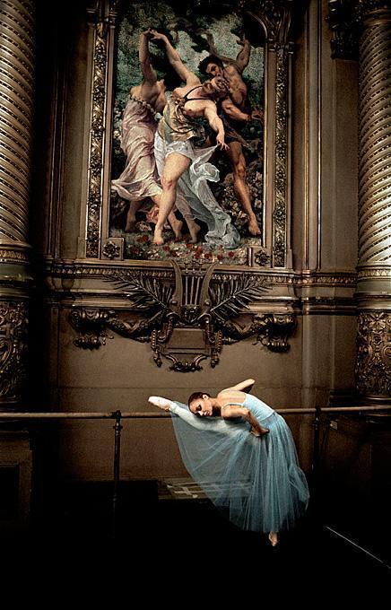 """Alexandra Cardinale dans le foyer de la danse avant la représentation de """"Serenade"""" de George Balanchine, ballet de l'Opéra Nati"""
